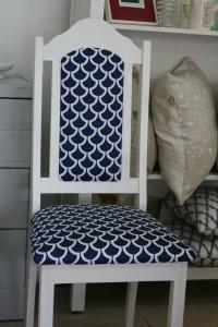 Chaise bleue et blanche décorative