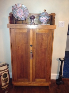 Armoire antique en bois - vernis jauni