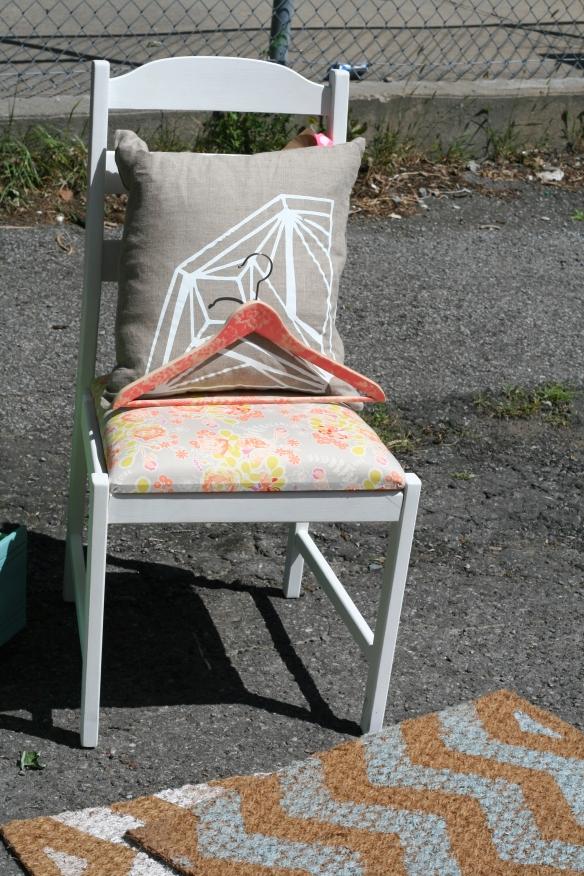 Créations Aube - Kiosque semaine des artisans 2014 Cintre et chaise : Créations Aube Coussin : Lin et sérigraphie Aube ligne maison